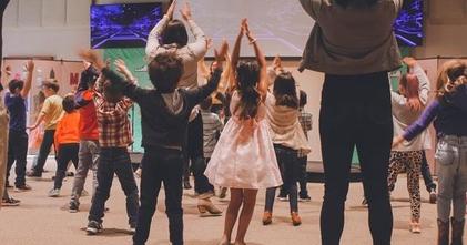 לחוג לאומנויות הבמה ״קול אחד כוכב״ (לילדי גן חובה עד כיתות ו׳ ) דרושות מדריכות- זמרות