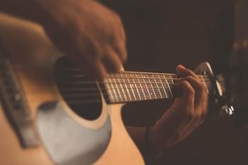 דרושים מורים ומורות מעולים ללימוד גיטרה בקבוצות בשעות הערב