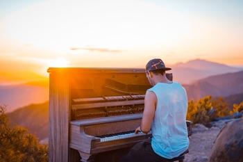 לצילומי אפליקציות ללימוד פסנתר דרושים שחקנים/ות בתשלום דוברי אנגלית שיודעים לנגן בפסנתר